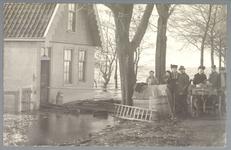 WAT001012856 Als gevolg van een zware noordwester storm brak in januari 1916 de Waterlandse Zeedijk tussen Monnickendam ...