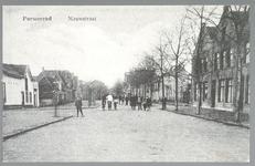 WAT001012894 Het derde huis van rechts is het garen en bandwinkeltje van Naatje de Lange. Helemaal links het huis van ...