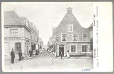 WAT001012915 Links vooraan posbode Mobach. Het jongetje voor de slijterij van Piet Schade is G. K. Oud (later directeur ...