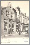 WAT001012939 De Hoornsche Bazar in de Peperstraat was van de winkeliers De Jong en Eilander uit Hoorn, ze staan hier in ...
