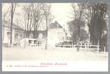 WAT001012997 Links Burgerschool met daarvoor het schoolplein waar dinsdags de lappenmarkt werd gehouden. In 1923 werd ...