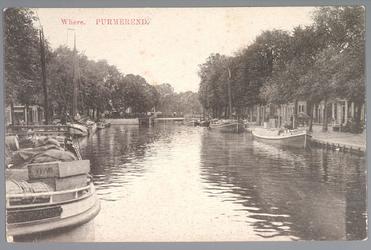WAT001013079 Links de Weerwal, in de verte de Bierstekersbrug en rechts de Venediën. Op de voorgrond een aantal tjalken.