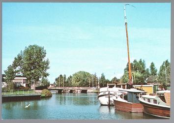 WAT001013089 De Where met in het midden een brug en rechts een aantal plezier- en woonboten.