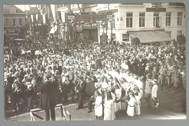 WAT001013145 Viering van het 25-jarig regeringsjubileum van Koningin Wilhelmina september 1923 op de Kaasmarkt.Met op ...