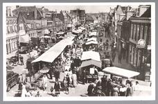 WAT001013185 Lappenmarkt op de Nieuwstraat, het was een drukte van belang. Rechts café de Posthoorn van T. Jongejan.