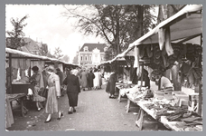 WAT001013187 Lappenmarkt op de Nieuwstraat, het was een drukte van belang.