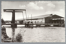 WAT001013195 De in 1952 gebouwde Kooimanbrug over de Where. In 2002 werd de Kooimanbrug vervangen door een nieuwe brug. ...
