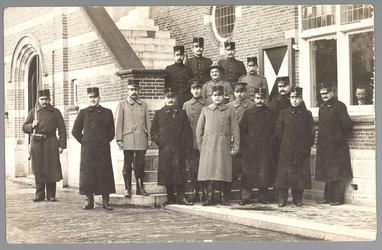 WAT001013198 Mobilisatie 1914 - 1918.Aantal soldaten voor het Raadhuis aan de Kaasmarkt te Purmerend.
