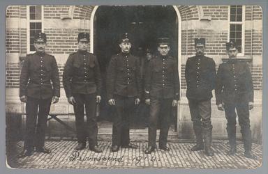 WAT001013202 Mobilisatie 1914 - 1918.Groepsportret van een aantal soldaten voor het Raadhuis aan de Kaasmarkt te Purmerend.