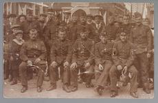 WAT001013205 Mobilisatie 1914 - 1918.Groepsportret van een aantal soldaten en burgers voor het Raadhuis aan de ...