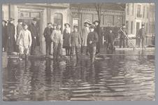 WAT001013227 Als gevolg van een zware noordwester storm brak in januari 1916 de Waterlandse Zeedijk tussen Monnickendam ...