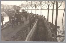 WAT001013256 Als gevolg van een zware noordwester storm brak in januari 1916 de Waterlandse Zeedijk tussen Monnickendam ...