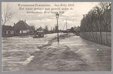 WAT001013258 Als gevolg van een zware noordwester storm brak in januari 1916 de Waterlandse Zeedijk tussen Monnickendam ...
