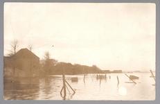 WAT001013263 Als gevolg van een zware noordwester storm brak in januari 1916 de Waterlandse Zeedijk tussen Monnickendam ...