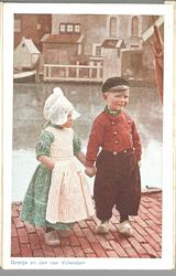 WAT001013282 Twee kinderen poseren in dracht. Op de achtergrond het Braakje en het Doolhof, waar een aantal ...