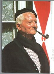 WAT001013298 Authentieke klederdracht, een oude Volendammer man met een pijp.