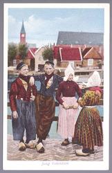 WAT001013304 Ansichtkaart met daarop de jeugd van Volendam in klederdracht.