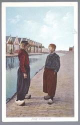 WAT001013310 Twee Volendammer jongens in klederdracht aan de Edammerweg.