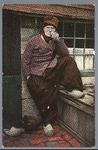 WAT001013323 Man in klederdracht die een pijp rookt.