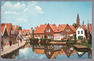 WAT001013306 Foto van de Meerzijde te Volendam. Op de achtergrond is de Vincentiuskerk te zien.