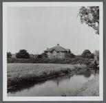 WAT001000223 Deutzenhofje. Wouter Sluis, de bekende pionier in de land- en tuinbouw in de vorige eeuw, heeft ook aan de ...