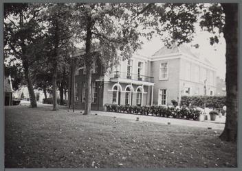 WAT001000344 Het z.g. Herenhuis, raadhuis van oudsook hotel. Vandaar dat de hoofdvleugel uit 1826 -een gebouw met ...