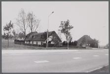 WAT001000445 Links een villa aan de Middenweg nummer 199 en 200.Rechts een stolpboerderij aan de Zuiderweg nummer 26.