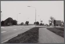 WAT001000443 Zuiderweg hoek Middenweg.Links zien we een stolpboerderij aan de Zuiderweg nummer 26.Rechts een huis aan ...