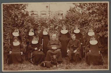 WAT001000499 Groepsfoto van de zusters Franciscanessen met pastoor De Kok (links) kapelaan Sistermans (rechts). Op de ...