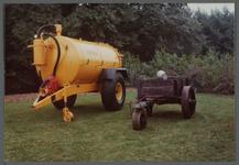 WAT001000542 Landbouwtentoonstelling.Een giertank en een oude mestwagen.