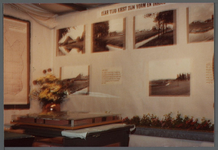 WAT001000543 Landbouwtentoonstelling.Foto's van een stolpboerderij. Kaarten van de Beemster.