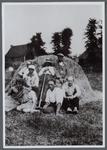 WAT001000553 Hooien in de Beemster op het land van Gerard Knip.Foto links voor; Geertje Middelbeek, geboren in 1886 ...