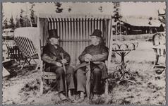 WAT001000587 Even bijpraten op een landbouwtentoonstelling in Zutphen, Wouter Sluis (links) en zijn plaatsgenoot Johan ...