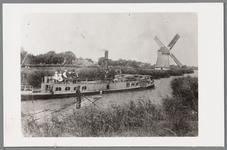 WAT001000625 De Mollenboot ging van Avenhorn naar Amsterdam. Door de steeg van Sjoukes bij de Kerkebrug in Oosthuizen ...