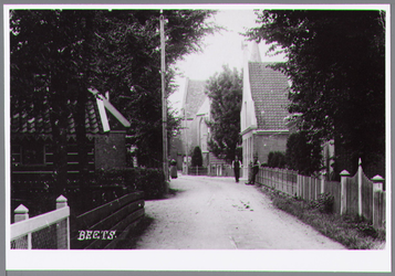 WAT001000650 Het dorpskerkje bevat een originele raadzaal en een kerkzaal waar burgerlijke huwelijken in stijl kunnen ...