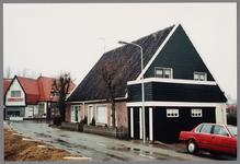 WAT001000690 Vrijstaand woonhuis aan de Dorpsweg 1. Op de achtergrond bruin eetcafe Les Deux Ponts aan de Slimdijk 2