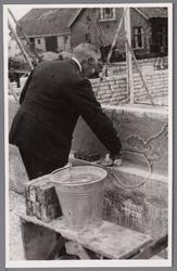 WAT001000703 Legging van de eerste steen door de voorzitter K.Korver van rusthuis Zonnehoek. Rusthuis Zonnehoek was een ...