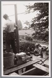 WAT001000704 Metselaar aan het werk voor de bouw van het rusthuis Zonnehoek. Rusthuis Zonnehoek was een tehuis voor 22 ...