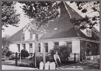 WAT001000781 Stolpboerderij aan De Erven met De Heer J Bruijn, beheerder van de modelboerderij.Adres Havenrak 9/11 ...