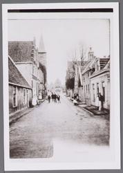 WAT001000860 Hoogstraat met linksachter, het oude postkantoor (kerktoren) Damplein nummer 5, rechts daarvan zien we het ...
