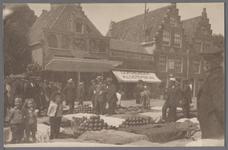 WAT001000863 Links zien we de kaaswaag aan de Jan Nieuwenhuizenplein 5, daarnaast op nummer 7 het café van Jan Oostindië.