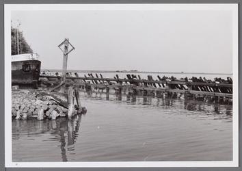 WAT001000859 Havenhoofd haven Edam. Daarachter zien we de Markemeer.Een havenhoofd als pier van een haven kan enkele ...