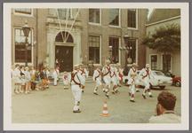WAT001000986 Morris dance in Edam.Achtergrondinformatie:Morris dance is een Engelse volksdans, meestal begeleid door ...