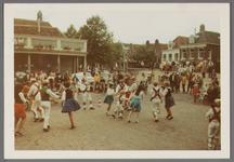 WAT001000987 Morris dance in Edam.Achtergrondinformatie:Morris dance is een Engelse volksdans, meestal begeleid door ...