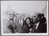 WAT001000996 Foto links voor: burgemeester Jacob Hermanus Kok, rechts voor meneer Haan, links naast hem, mevrouw ...