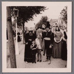 WAT001001044 Foto: Familie Overdijk - Oomen.Stadsfeest Edam.Van 12 tot 21 juli 1957 hielden de Edammers een stadsfeest ...