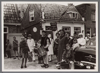 WAT001001045 Foto: de familie Smits-Laan, kinderen Huisink, mevrouw Buiten en zelfs pastoor Piet Doets maakten de ...