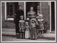 WAT001001049 Foto: gezin van Kees Bootsman.Stadsfeest Edam.Van 12 tot 21 juli 1957 hielden de Edammers een stadsfeest ...