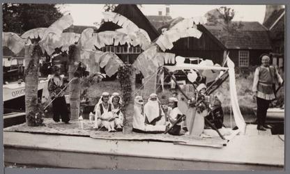 WAT001001057 Foto: een Perzisch tafereel van de Spuistraat / Hoogstraat.Stadsfeest Edam.Van 12 tot 21 juli 1957 hielden ...