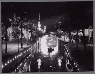 WAT001001060 Foto: nacht over de Dam.Stadsfeest Edam.Van 12 tot 21 juli 1957 hielden de Edammers een stadsfeest ter ...